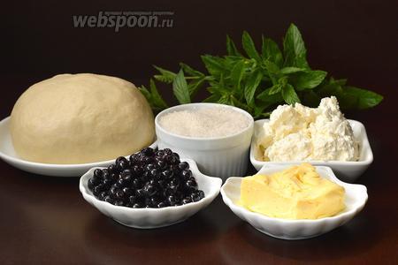 Для работы нам понадобится тесто для вареников на сметане, черника, творог, сахар, сливочное масло, свежая мята.