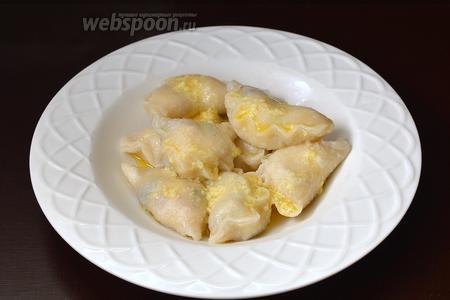 Отварить вареники в подсоленном кипятке, на протяжении 1-1,5 минуты после всплытия (не переварите — это тесто готовится очень быстро). Готовые вареники сразу же полить растопленным сливочным маслом.