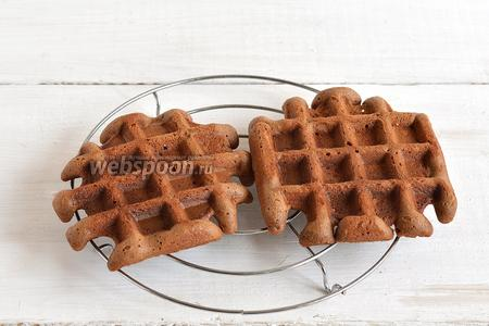 Выпекать вафли до готовности. Охлаждать вафли отдельно на решётке.