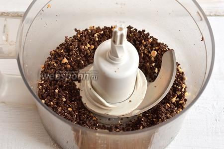 Шоколад с орехами измельчить в кухонном комбайне (насадка — металлический нож).