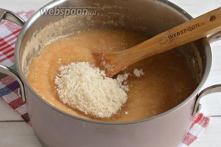 Добавить сахар. Проварить на протяжении 20 минут, помешивая.