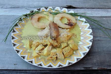 И сервируем горячим. В середину тарелки кладём кашу, соус, затем оформляем нос-банан, глаза-яблоки, рот в улыбке-куриное филе. Можно добавить волосы-зеленушку. Приятного аппетита!