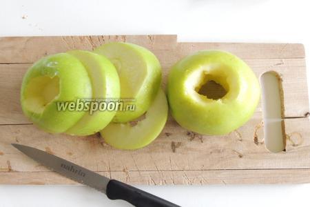 Тем временем, пока готовится каша, занимаемся фруктами. Вынимаем из яблок серцевинки с семечками. Нарежем яблоки кольцами.