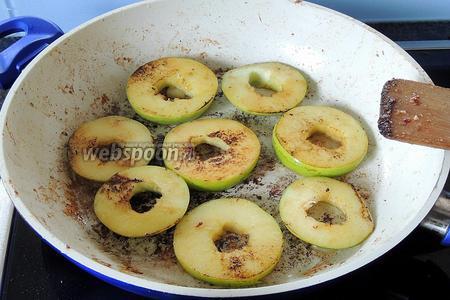 В той же сковороде обжариваем яблоки около 1-1,5 минуты. Вынимаем, ставим так же в тёплое место.