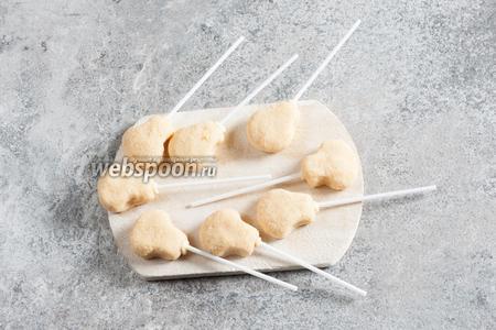 Заготовки на палочках опять укладываем в морозилку, лучше на часок. Они должны стать уже твёрдыми и хорошо схватиться.