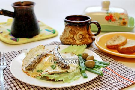 Горячий бутерброд с глазуньей и шпротами