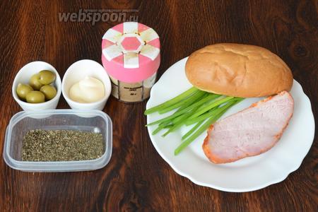 Для приготовления хот-дога с травами вам понадобится лук зелёный, булочка для хот-дога, карбонад, мята сушёная и базилик, оливки, майонез и мускатный орех молотый.