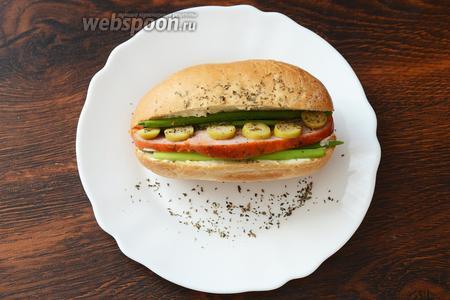 Затем посыпаем сушёной мятой и базиликом, разогреваем в микроволновке. Вкусный хот-дог готов, приятного аппетита!