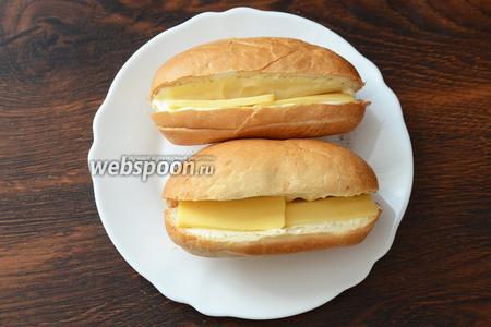 Кладём нарезанные ломтики сыра.