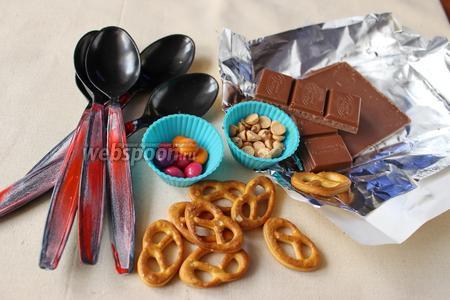 Ингредиенты: шоколад, печенье в виде крендельков, «глазки», разноцветное драже. Для приготовления также понадобятся одноразовые пластиковые ложки.