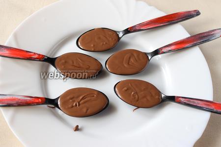 Убираем ложки в холодильник на 10-15 минут чтобы шоколад немного застыл.