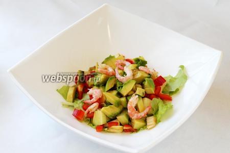 Креветки добавить в салатник, частично можно порезать.