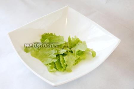 Салатные листья порвать.