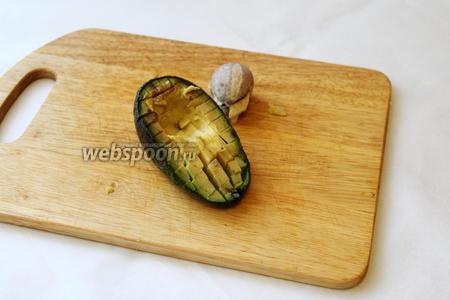Из авокадо вынуть косточку, нарезать кубиками.