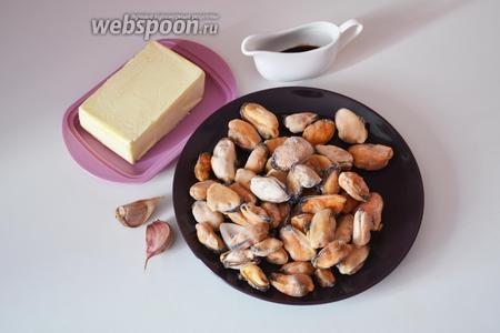 Подготавливаем необходимые ингредиенты: замороженные мидии, сливочное масло, зубчики чеснока и соевый соус.
