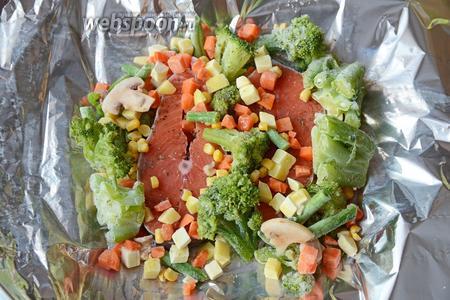 Кладём брокколи и мексиканскую овощную смесь. Солим по вкусу.