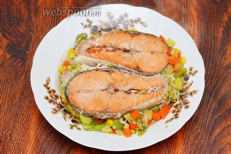 Затем выкладываем кету, запечённую с овощами, на тарелку и подаём на стол горяченькой. Приятного аппетита!