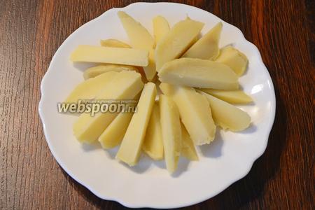 Картофель предварительно отвариваем, затем нарезаем ломтиками и выкладываем на тарелку в форме солнца.