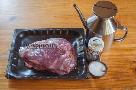 Ингредиенты у нас будут следующие: 1 говяжий стейк рибай, немного оливкового масла с низкой кислотностью (подойдёт любое другое растительное, рекомендуемое для жарки), соль и перец (по вкусу). На сковороде обычно обжариваются стейки толщиной не более 3 см. Более толстые отрубы (бывают и такие) лучше подходят для гриля и духовки или комбинированного приготовления, то есть сначала на сковороде, а доведение до готовности — в духовке. Самое важное, что следует помнить перед началом приготовления любого стейка — мясо обязательно должно быть комнатной температуры. Проблема тут не только в том, что иначе не сойдутся данные по минутам. У изначально холодного мяса в результате будут получаться пережаренные внешние края и кровавая середина. Так что стейковое мясо выкладывается в помещение с комнатной температурой как минимум за 1 час до начала приготовления.