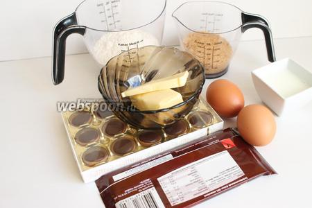 Итак, берём такие продукты: муку, сахар, яйца, шоколад, какао, молоко, конфеты Toffifee.