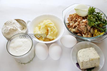 Для приготовления пирога взять муку, гусиный жир, яйца, сыр, молоко, отварную (или по желанию сырую) рыбу, (у меня горбуша и морской окунь), перец, соль, лук, зелень.
