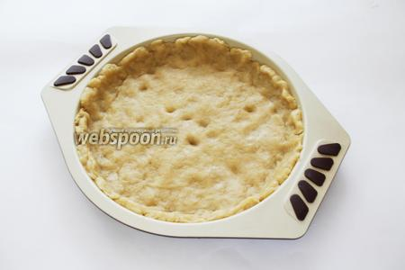 Тесто распределить по форме, вылепив бортики, наколоть и поставить в нагретую до 180°С духовку на 15 минут.