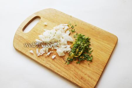 Очень мелко нарезать лук и зелень.