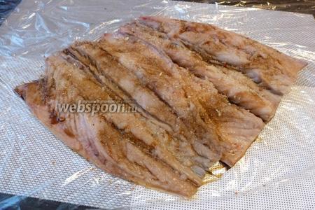 Посыплем желатином и приправой для рыбы.