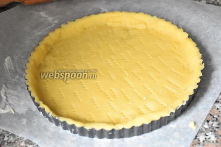 На присыпанной мукой рабочей поверхности раскатать тесто и выложить в форму диаметром 24 см (форму смазать маслом и присыпать мукой). Тесто наколоть вилкой.