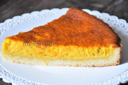Выпекать в разогретой до 160°С духовке 60 минут. Остудить пирог и подавать со взбитыми сливками. Приятного аппетита!
