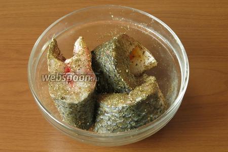 Ставим мариновать кусочки в смеси перца, специй для рыбы на 1 час.