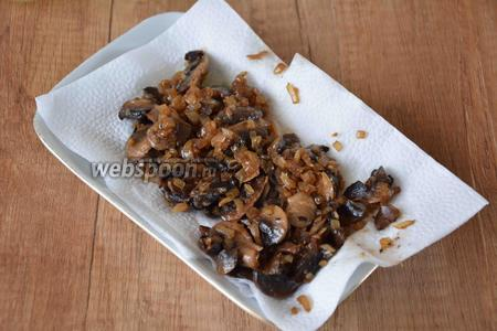 Когда грибы обжарятся, их необходимо выложить на тарелку застеленную салфеткой, чтобы избавиться от лишнего масла.