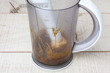 Из фиников извлечь косточки и размолоть в блендере, добавляя сок 1 апельсина.