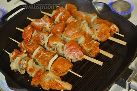 Разогреть сковороду гриль, выложить мясо и жарить с обеих сторон до золотисто-коричневого цвета.