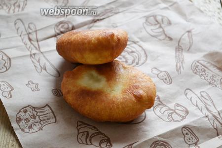 Готовые пирожки выкладываем на пекарскую бумагу, чтобы ушёл лишний жир.
