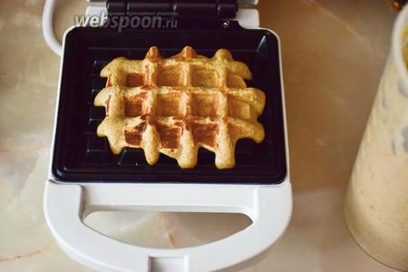 Пока тесто отдыхает, достанем вафельницу и нагреем её хорошенько. Выпекаем вафли по несколько минут. Они имеют мягкую структуру, но выкладывать их горкой всё же не рекомендуются, так как может образоваться конденсат.