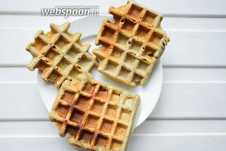 Вафли лучше всего подавать с йогуртом, ягодами и мёдом. Приятного аппетита!