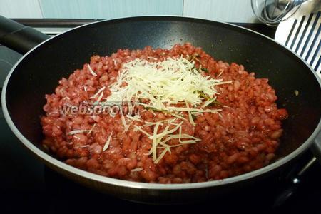 Добавим в сковороду натёртый Пармезан, помешиваем, пока сыр не растает. Перлотто приобретёт кремовую текстуру и приятный аппетитный цвет. Вкус тоже вас порадует.))