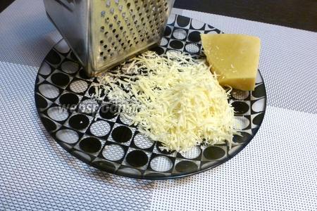 Пока варится перловка натрём Пармезан (или другой твёрдый сыр).