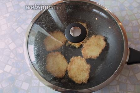 Обжарим в сковороде под крышкой котлетки с 2 сторон. Выкладывать на разогретое масло столовой ложкой.