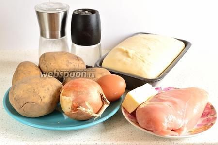 Для приготовления пирога с курицей и картошкой приготовим следующие продукты: картофель — 4 штуки среднего размера, куриное филе, специи по вкусу, соль, перец, готовое тесто и репчатый лук.