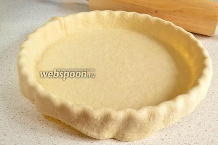 Тесто делим на 2 части ( примерно 2/3 и 1/3). Раскатываем тесто тонко и переносим тесто на форму так, чтобы были бортики с запасом.