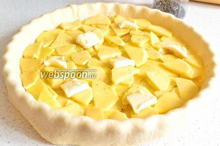 Теперь заполняем начинкой. Сначала положить картофель, разровнять. Сверху разложить кусочками половину сливочного масла.