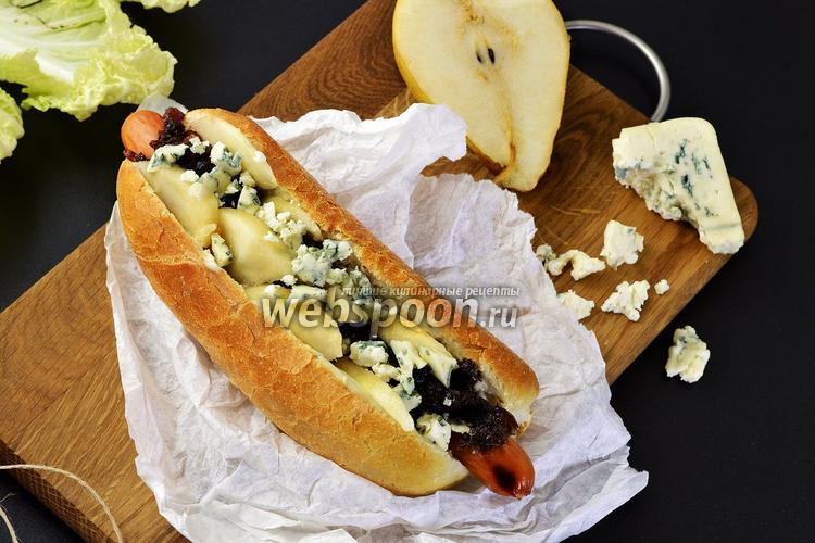 Фото Хот-дог с луковым джемом и голубым сыром