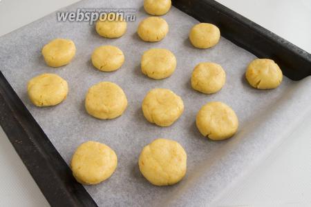 Сформируйте примерно 15 шариков, слегка придавите их сверху.