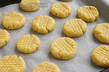 Ещё больше надавите на тесто сверху вилкой в двух разных направлениях. Получатся небольшие в меру высокие печеньки.