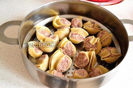 Фаршированные Лумакони выложить в чашу, смазанную маслом. Лучше, чтобы ракушки не прилегали плотно друг к другу. Готовим на пару 40 минут.