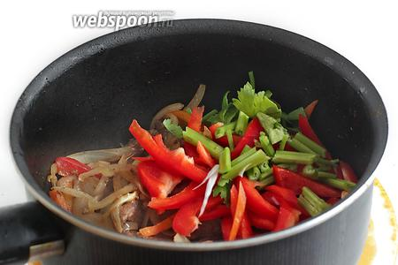 Добавить красный перец, стебельки сельдерея, молотый кориандр и острый перец по вкусу. Помешивая, жарить ещё пару минут на среднем огне.
