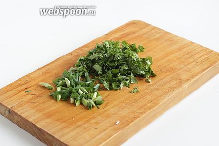 Зелень сельдерея порубить вместе с зеленым луком.