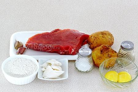 Для приготовления колбасок нужно взять мякоть свинины, картофель, чеснок, пшеничную муку, свиной жир, куриные желтки, чёрный молотый перец и соль.
